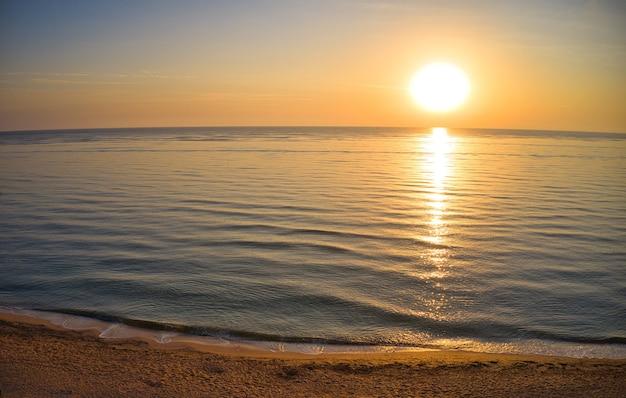 Вид с воздуха волны на песчаном пляже. морские волны на красивом пляже с высоты птичьего полета, беспилотный выстрел 4k.