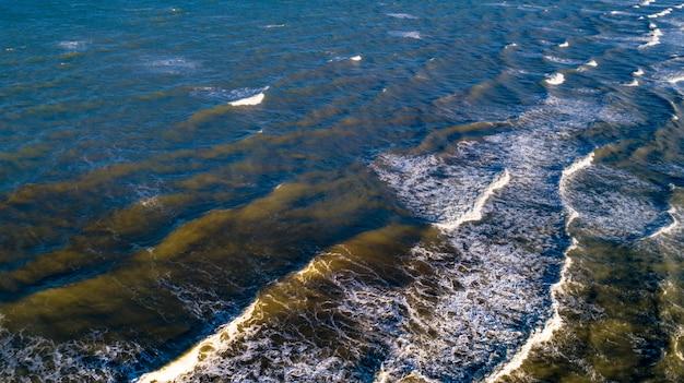 모래 해변에 공중보기 파도입니다. 아름다운 해변 공중보기 무인 항공기에 바다 파도.