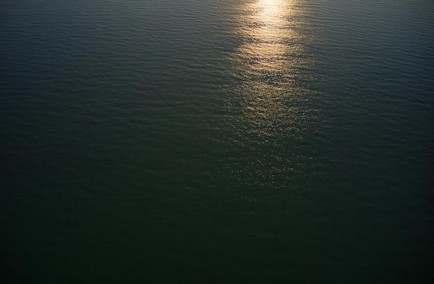 모래 해변에 공중보기 파도입니다. 아름 다운 해변 공중보기에 바다 파도입니다.