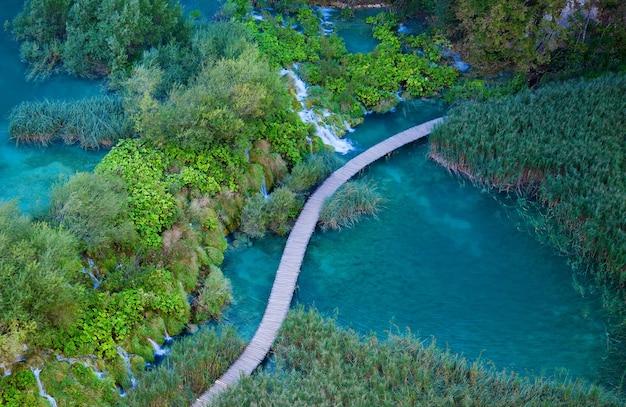 Вид с воздуха с пешеходной дорожкой в национальном парке плитвицкие озера, хорватия