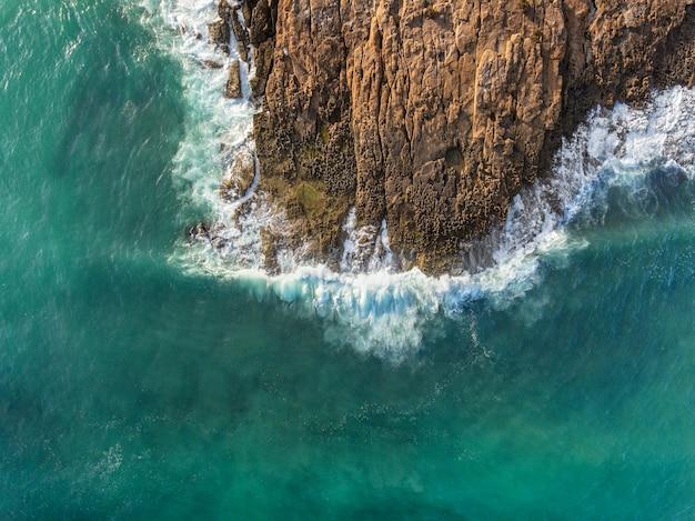 空中。空から岩に波が砕ける。ポルトガルアルガルヴェ