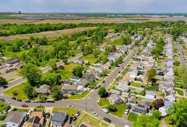 アメリカのセアビルの小さな町にある一戸建て住宅の屋上からの全景