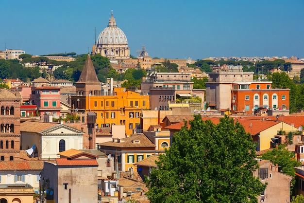 イタリア、ローマの夏の日のサンピエトロ大聖堂のドームとローマの空中素晴らしい景色