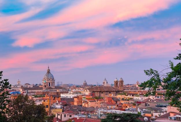イタリア、ローマの日没時に屋根と教会とローマの空中素晴らしい景色