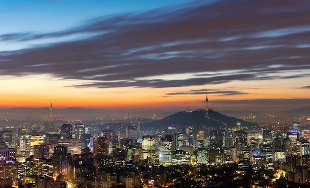 일출 한국 서울 시내와 서울 타워의 공중보기
