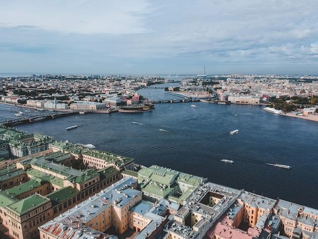 Aerialphoto река нева, центр города, старые дома, речные катера. санкт-петербург, россия.