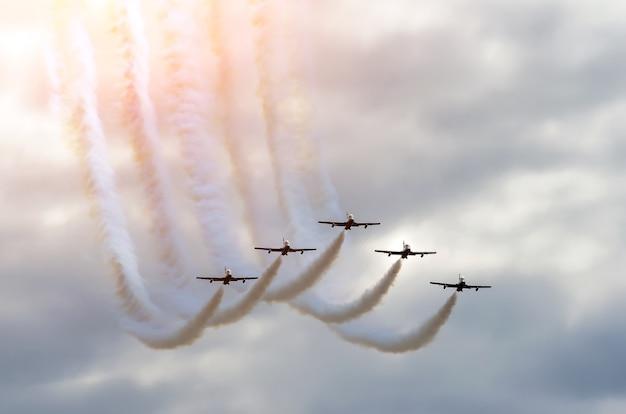 Шлейф дыма в небе истребители самолетов пилотажной группы.