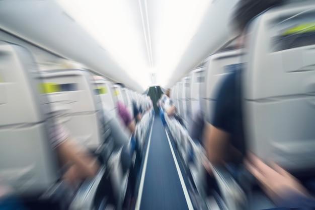 Концепция аэрофобии. самолет трясет во время турбулентности, летая воздушной дырой. размытие изображения коммерческого самолета, быстро движущегося вниз. страх полета. коллапс, спад, депрессия, крушение, разгром, проседание. нырять.