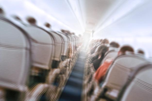 Концепция аэрофобии. самолет трясет во время турбулентности, летая воздушной дырой. размытие изображения коммерческого самолета, движущегося быстро вниз. страх полета. коллапс спад, депрессия, крушение, фиаско, проседание, трип.