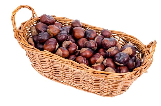 Очищенные фрукты aesculus на белом