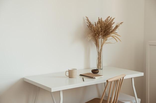 審美的な最小限のオフィスワークスペースのインテリアデザイン