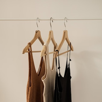 美的ミニマリストファッションインフルエンサーブログのコンセプト。夏の女性のトップス、白い壁の衣類ラックのtシャツ。
