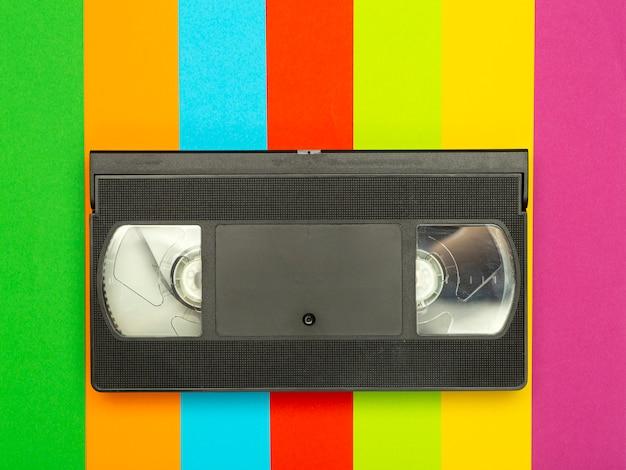 Эстетика 80-х и 90-х годов. видеокассета (vhs) на цветном фоне. видео, минимальное, ретро концепция