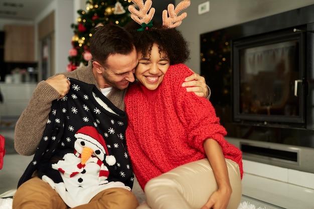 クリスマスに抱きしめる愛情のこもったカップル