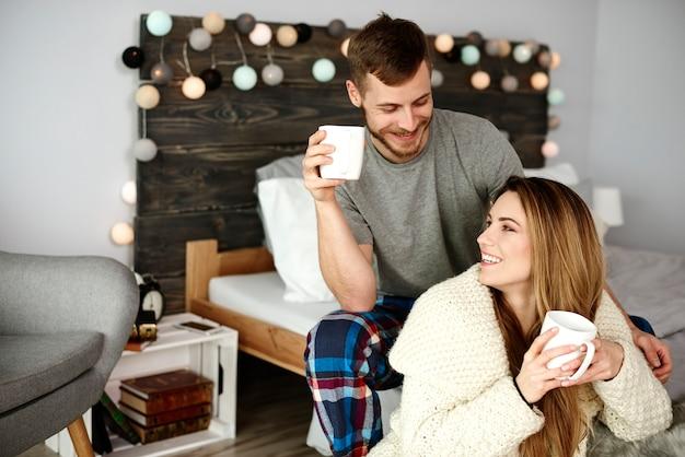 Ласковая пара флиртует и пьет кофе