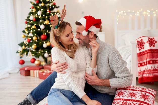 Ласковая пара флиртует на рождество