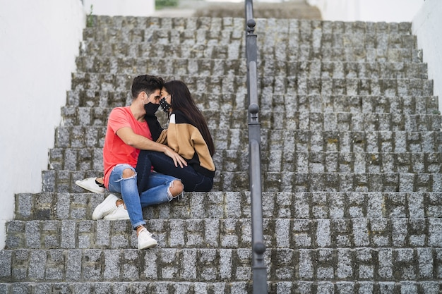 階段に座っている愛情のこもったカップル