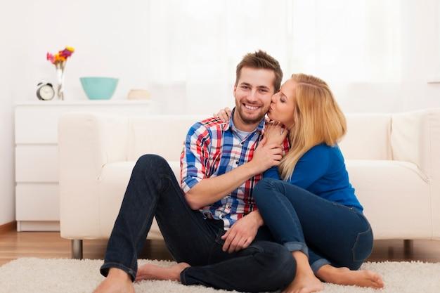 Coppia affettuosa trascorrere del tempo insieme a casa