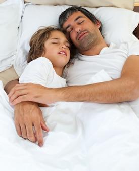 愛情のある父と息子が一緒に寝る