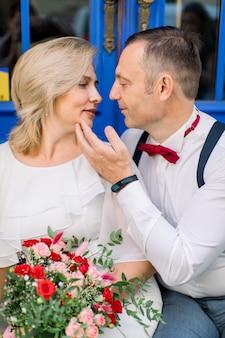 愛情のこもった成熟したカップルは、お互いに近くに抱きしめます。男は女のあごに触れる