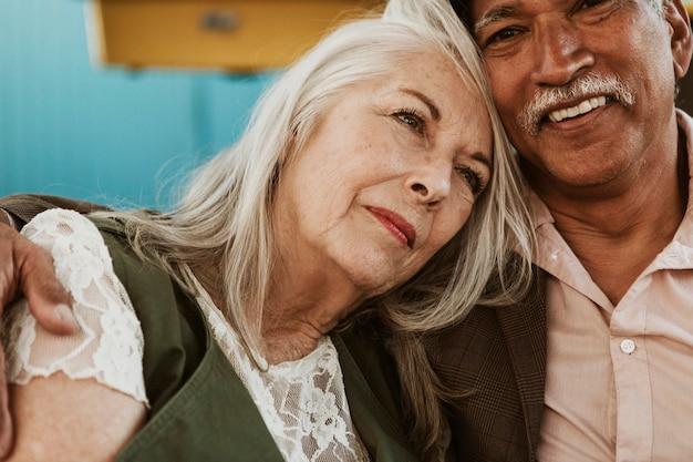 抱擁で愛情のこもった年配のカップル