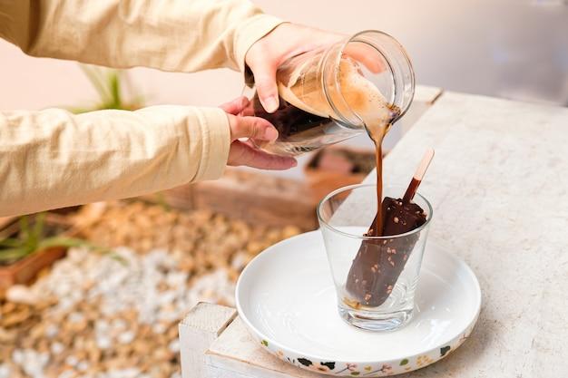 Кофе affogato с шоколадным мороженым на стеклянной чашке