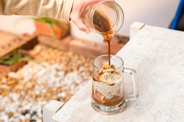 정원이있는 유리 컵에 아이스크림이 든 affogato 커피