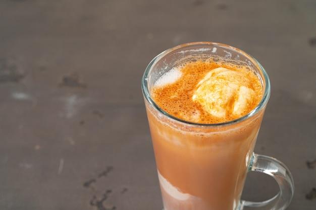 ガラスで提供されるアイスクリームとアフォガートコーヒーのクローズアップ