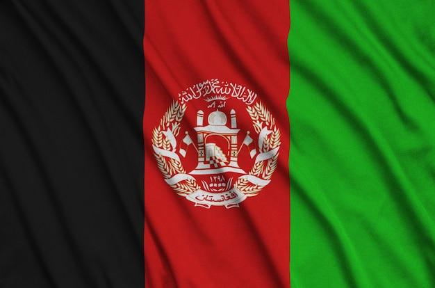 아프가니스탄 국기는 주름이 많은 스포츠 천에 묘사되어 있습니다.