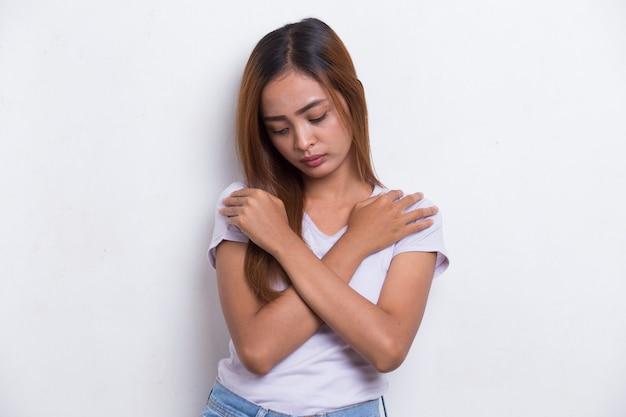 Испуганная азиатская женщина в шоке, закрывая рот руками за ошибку секретная концепция, изолированная на белом