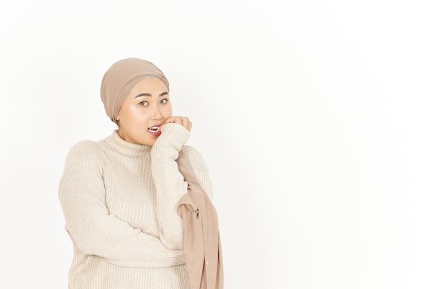Испуганное выражение лица красивой азиатской женщины в хиджабе, изолированной на белом фоне