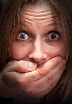 Боится девушка с закрытым ртом