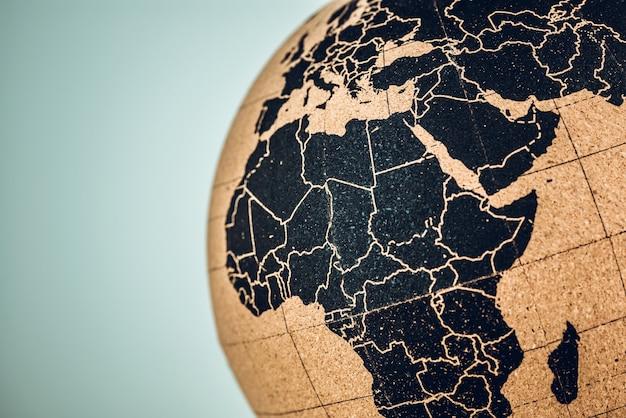 Карта африки и ближнего востока на пробковом глобусе