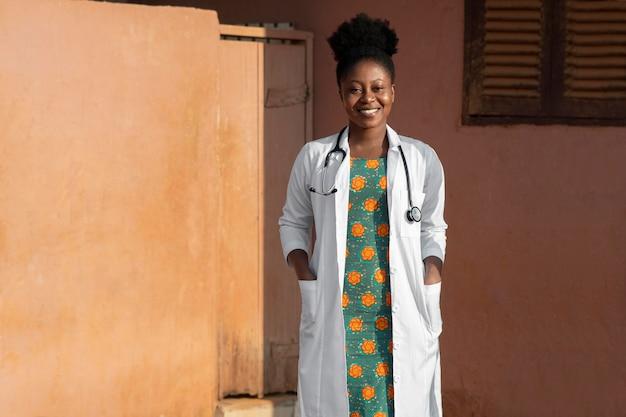 仕事の準備をしているアフリカの人道援助医師