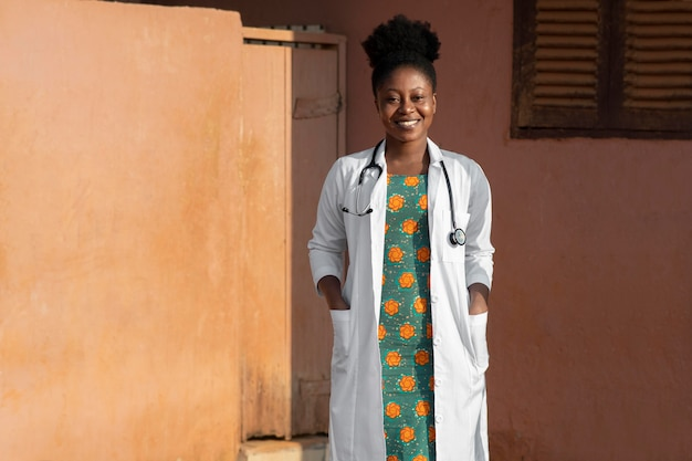 Medico per gli aiuti umanitari dell'africa si prepara per il lavoro