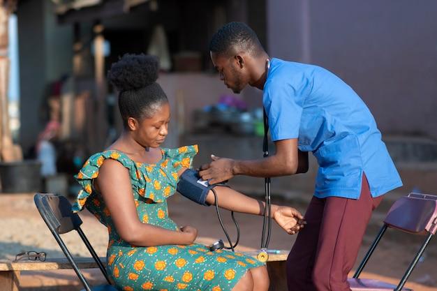 환자를 돌보는 아프리카 인도적 지원 의사