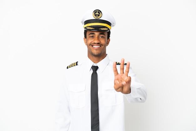 고립 된 흰색 배경 위에 아프리카 계 미국인 비행기 조종사 행복 하 고 손가락으로 세 세