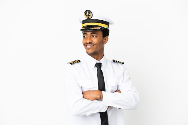 腕を組んで幸せな孤立した白い背景の上のアフリカ系アメリカ人の飛行機のパイロット
