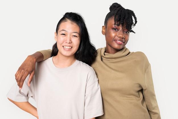 アパレル撮影のための無地のtシャツを着たアフリカ系アメリカ人とアジアの女性