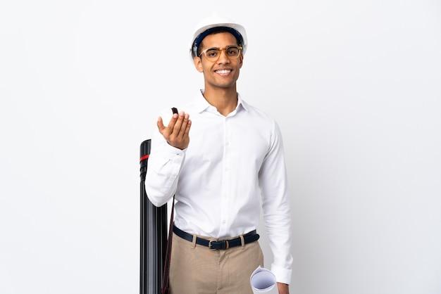 헬멧과 손으로와 서 초대 격리 된 흰색에 청사진을 들고 아프리카 계 미국인 건축가 남자. 와줘서 행복해