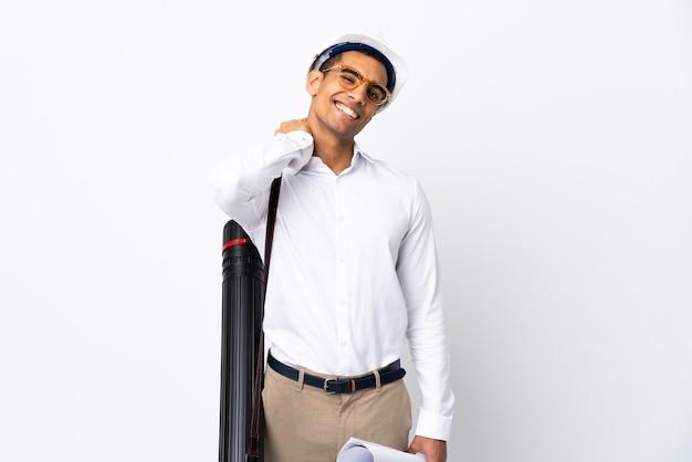 헬멧과 격리 된 흰색 웃음에 청사진을 들고 아프리카 계 미국인 건축가 남자