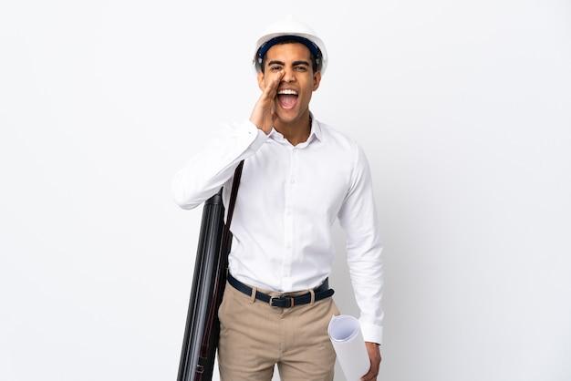 헬멧과 격리 된 흰색 소리와 뭔가 발표에 청사진을 들고 아프리카 계 미국인 건축가 남자