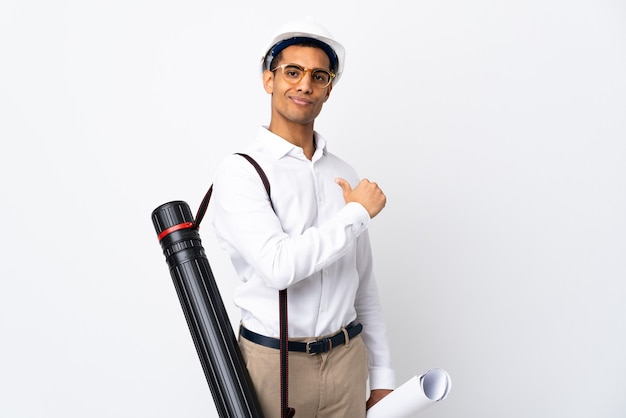 헬멧과 격리 된 흰색에 청사진을 들고 아프리카 계 미국인 건축가 남자