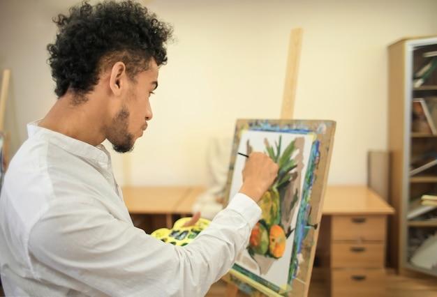 ワークショップで静物を描くアフリカ系アメリカ人のアーティスト Premium写真
