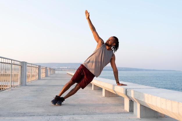 Афро-американский спортсмен, тренирующийся на открытом воздухе