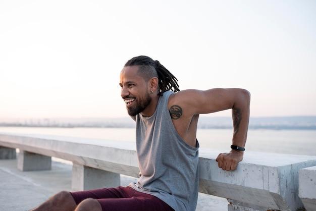 Афро-американский спортсмен тренируется