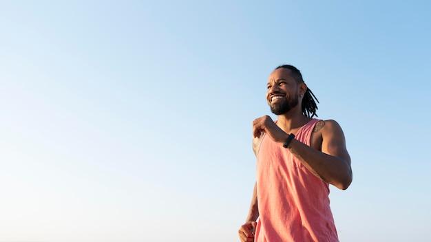 屋外のスポーツウェアのアフリカ系アメリカ人アスリート
