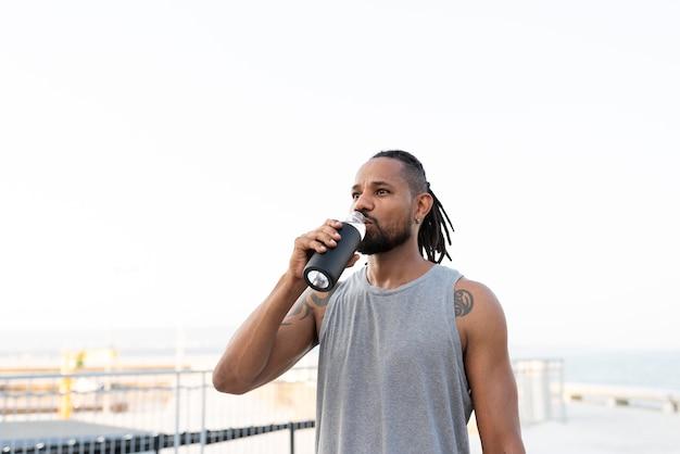 Афро-американский спортсмен в спортивной одежде на открытом воздухе