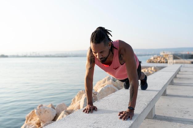 Atleta afroamericano in abbigliamento sportivo all'aperto