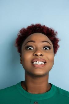 블루 스튜디오 배경에 아프리카계 미국인 아름다운 여성의 초상화